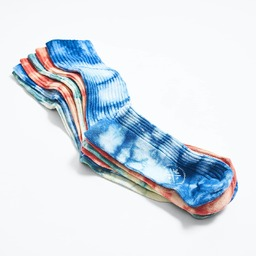 Tie and Dye to die for 🔥 _ _ _ _ _ _  Venez découvrir nos chaussettes Lula en Tie-and-Dye & en coton recyclé.  Nous avons développé ces coloris à base de teintures végétales de Réséda, d' Indigo et de Garance grâce au savoir-faire d' @emilygubbay, qui comme une alchimiste, mélange pigments et métaux pour obtenir de magnifiques coloris totalement naturels.   Les Lula existent en 3 coloris, pour l'Homme et la Femme. _ _ _ _ _ _  🧦 Tie and dye exclusivement sur le site et en édition limitée. 🌍 Worldwide shipping 🇨🇵 Fabrication française 📦 Livraison offerte à partir de 50€ _ _ _ _ _  #summersocks #tieanddye #colorfulsocks #royaltiesparis #savoirfaire #teinturevegetale #indigo #reseda #garance #botanicaldye #teinturenaturelle