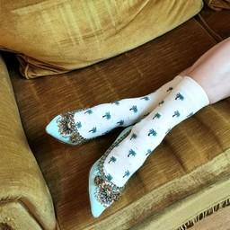 L.A au bout des pieds grâce à nos chaussettes extrafines à motifs de palmiers 🌴🌴🌴  Les SUSAN sont tricotées dans des fils ultra légers, idéales pour l'été ☀️. Le modèle décliné en 2 couleurs, marine et ivoire, est au prix de 19,50€.  Si vous êtes plus Hawaï que Los Angeles, découvrez notre modèle GLORIA ! Ce dessin de flamants roses 🦩 est inspiré d'une de nos archives de chemises Hawaïenne. Nous l'avons déclinés en trois coloris sur notre nouvelle base à grand bord-côte. Il fait partie de nos inspirations récurrentes de l'été. —————— 🧦  Disponible sur notre E-Shop (lien dans notre bio) et dans toutes nos boutiques 🌍  Livraison worldwide 🇫🇷 Fabrication française  📦  Livraison offerte à partir de 50€ d'achat —————— #royaltiesparis #socks #chaussettes #fabricationfrancaise #madeinfrance #savoirfaire #qualité #palmiers #palmtree #hawaiianpattern