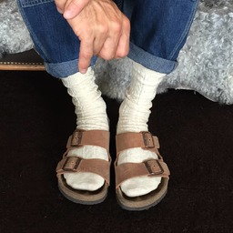 Joli combo en #birkenstock, alternative plus cool à la pantoufle pour descendre prendre le petit dej 😜 et qui laisse voir ses belles chaussettes merci @gratoun ✨🧦 #saturdaysocks #chaussettesblanches #aran #madeinfrance #howtowearsockswithstyle