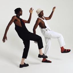 Toutes nos nouvelles chaussettes sont sur le site 😉 ici de belles rayures qui donnent envie de marcher, de danser, de bouger !  Merci @artisteslayer & @dogg_zilla pour la bonne humeur 📸 @foucher_annabelle  Hey ! Check our new styles on the website 👀 Plenty of cool socks to walk with, to dance with, to jump with! Thanks to this fancy and super nice crowd @dogg_zilla @artisteslayer @lyana_kts @foucher_annabelle @clara_heinrich @noemiefourmeau