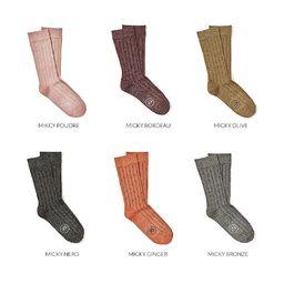 Légende d'Automne  Des coloris inspirés par la nature soufflent sur notre gamme de chaussettes unies pour Femme. Des touches de bronze, de ginger, de vert olive et de nude prêtes à vous acompagner partout où vous allez.  Un petit luxe pour soi, tricoté en mélange de coton et lurex. Le fils d'or ou d'argent n'est pas directement en contact avec la peau afin de préserver un maximum de douceur. _________________  #shinysocks #royaltiesparis #madeinfrance #gingersocks #automne #chaussettesdujour #luxurysocks #womensocks #autumnsocks