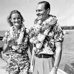 Eternelle source d'inspirations pour nos dessins de l'été 🤩  Doris Duke et son total look Hawaiien: sourire, print et couronne de fleurs.  Ici avec son mari James Cromwell à Honolulu en 1935.  Bel été !  —————— ⠀ 🧦  Disponible sur notre E-Shop (lien dans notre bio) et dans toutes nos boutiques 🌍  Livraison worldwide 🇫🇷 Fabrication française  📦  Livraison offerte à partir de 50€ d'achat ⠀ —————— ⠀ #royaltiesparis #jacquard #socks #chaussettes #fabricationfrancaise #madeinfrance #savoirfaire #qualité #frenchtouch #palmtreesocks #bandana #Hawaii #patterns #supersoft #motifs #dorisduke #honolulu