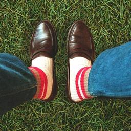 Preppy socks!  Si, comme nous, vous aimez porter vos chaussettes en mode US et en référence à l'Ivy League, voici un combo preppy vu sur @styledepapa 🙌🏻, du mocassin et des chaussettes tube ! Perso, on adore ! ________________  #tubesocks #loafersandsocks #preppystyle #royaltiesparis #madeinfrance #quality #socksoftheday